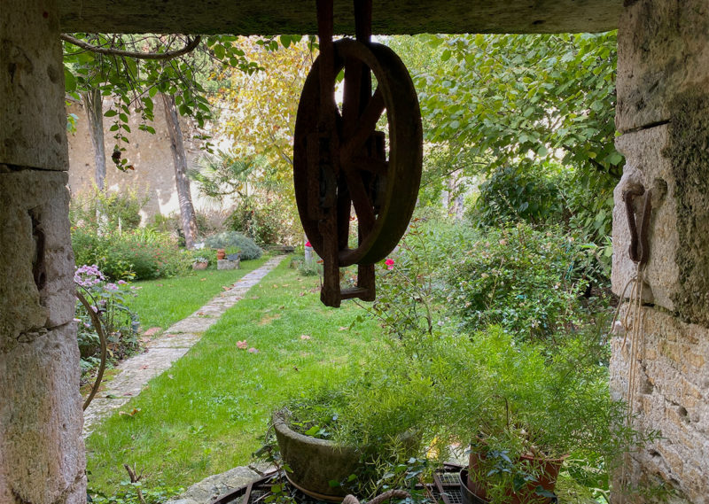 1 - Header picture - well dividing garden in 2 parts