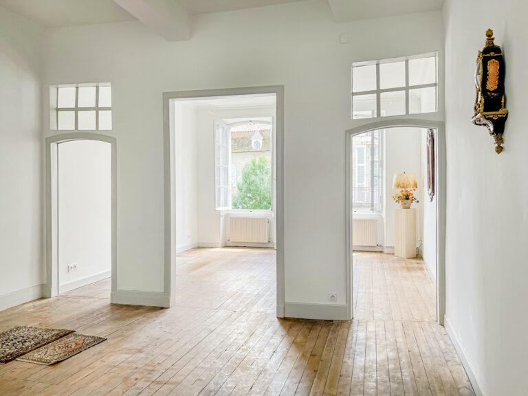 Séjour dappartement à Lectoure dans le Gers avec parquet en bois. Appartement lumineux.