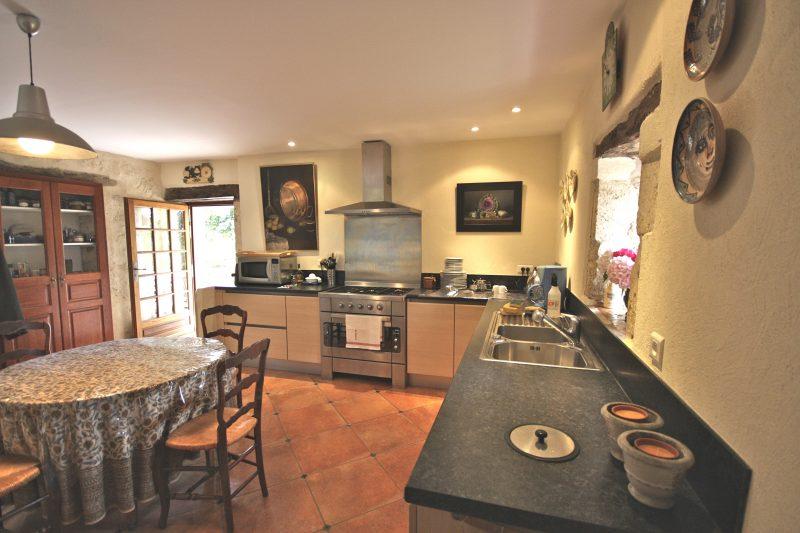 cuisine moderne d'une maison gasconne à vendre dans le Gers