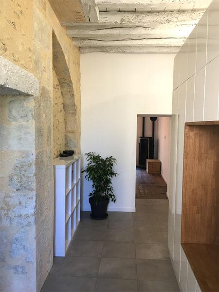 Entrée rénovée et mur en pierres massives