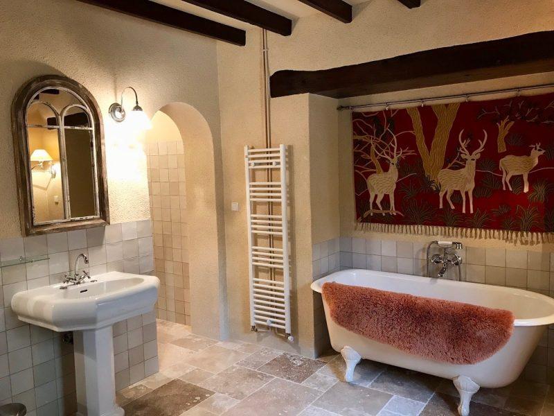 salle de bains moderne dans maison ancienne à vendre