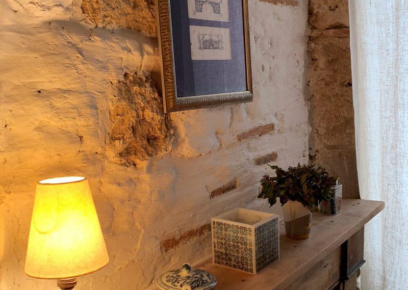 Maison de village baignée de lumière