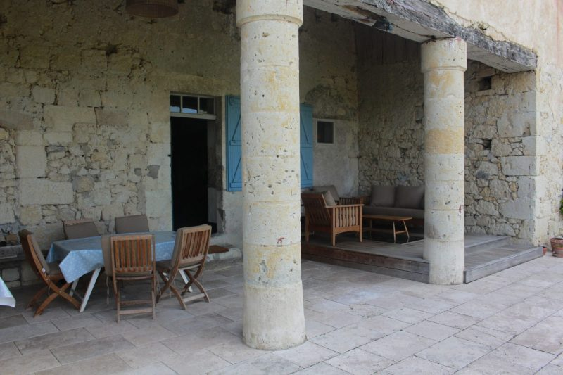 propriété avec colonnes en pierres
