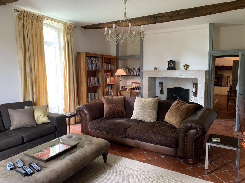 salon moderne dans ferme du Gers restaurée