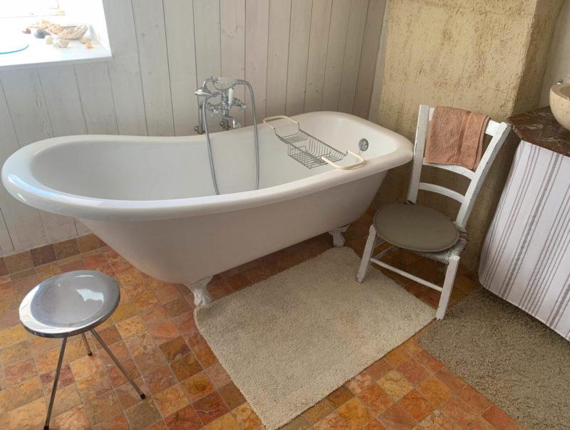 idée déco de salle de bains restaurée avec baignoire sabot